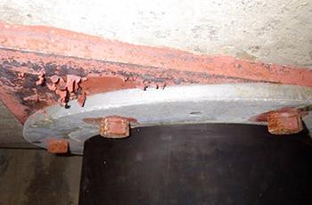 錆びた免震ゴム上部とボルト
