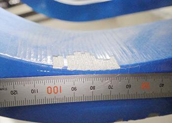 U型鋼材ダンパーの塗装にヒビが入り、剥がれた様子